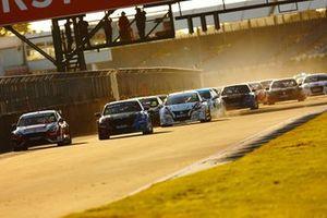 Start of Race 3, Ollie Jackson, Motorbase Performance Ford Focus leads