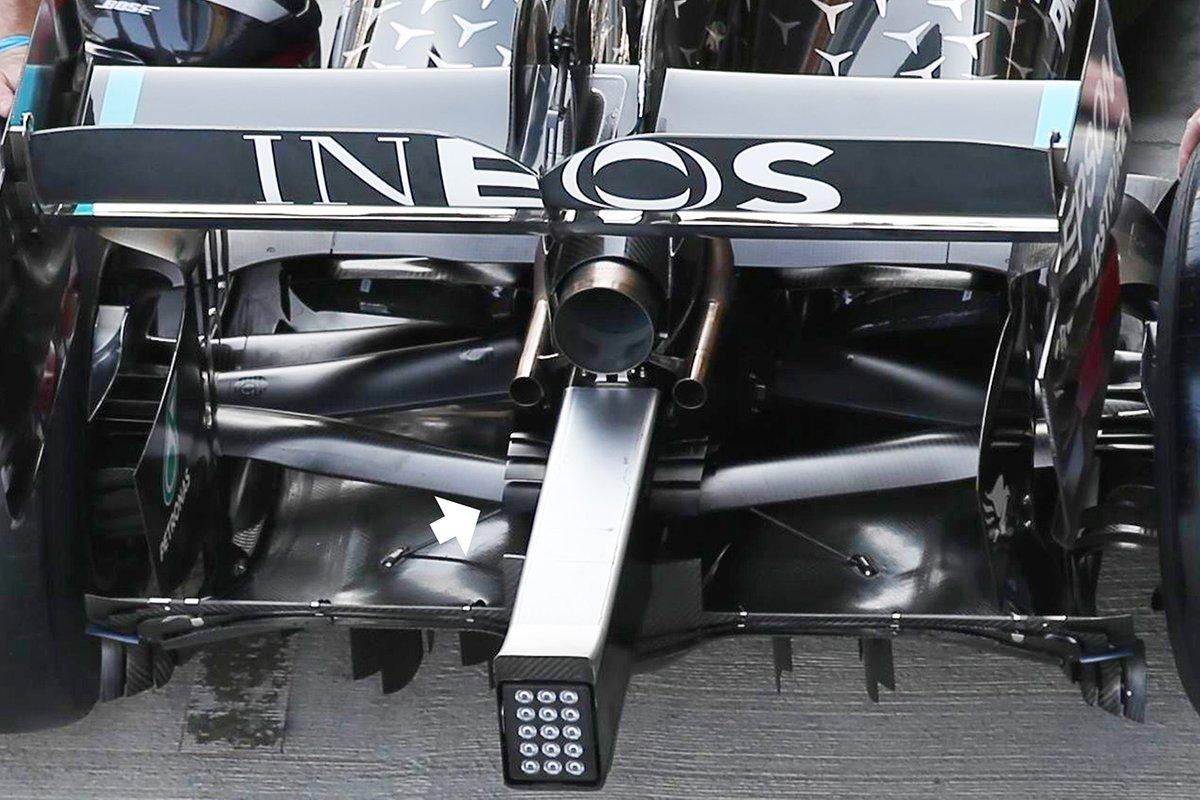 Mercedes W11: Auspuff mit Winglets an der Crashstruktur