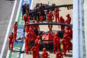 The Ferrari pit crew with the car of Sebastian Vettel, Ferrari SF1000