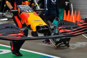 Mechanics rush to replace the damaged front wing of Max Verstappen, Red Bull Racing RB17