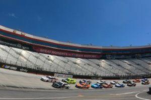Pace-Laps: Brad Keselowski, Team Penske, Ford Mustang, Aric Almirola, Stewart-Haas Racing, Ford Mustang