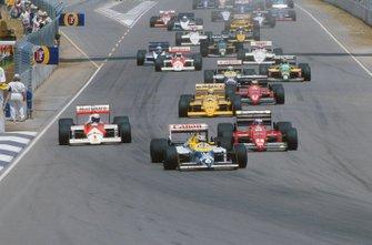 Nelson Piquet, Williams FW11B al frente hacia la curva 1