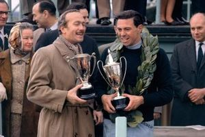 Jim Clark et Colin Chapman brandissent le trophée du 'News of the World'