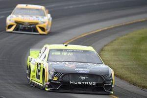 Ryan Blaney, Team Penske, Ford Mustang Menards/Duracell, Kyle Busch, Joe Gibbs Racing, Toyota Camry M&M's Mini's