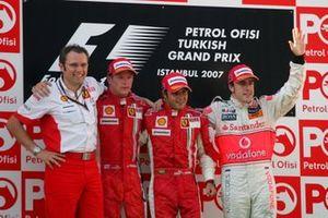 Stefano Domenicali, Manager Ferrari des opérations F, Kimi Raikkonen, Ferrari, Felipe Massa, Ferrari et Fernando Alonso, McLaren sur le podium