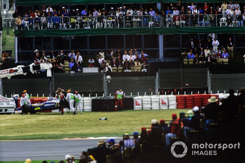 Marshals recover the car of Jacques Villeneuve, Williams FW19 Renault