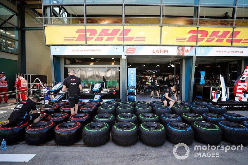 El equipo Williams prepara los neumáticos Pirelli