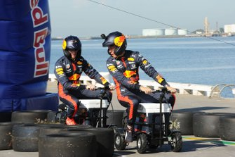 Alex Albon, Red Bull Racing en Max Verstappen, Red Bull Racing bij een Red Bull-event Grand Pier in St Kilda