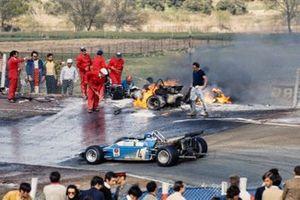 Jean-Pierre Beltoise, Matra MS120 pasa por el monoplaza en llamas de Jackie Oliver, BRM P153