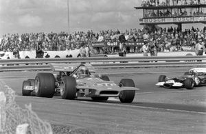 Mario Andretti, March 701 Ford en Graham Hill, Lotus 49C Ford