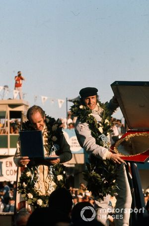 Podio:Jackie Stewart, primo posto, con Denny Hulme, secondo posto con il suo trofeo, GP d'Argentina del 1972