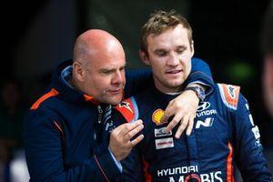 Руководитель команды Hyundai Motorsport Андреа Адамо и штурман Hyundai i20 Coupe WRC Мартин Ярвеоя