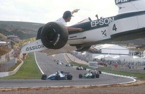 I marshall rimuovono la macchina di Jean Alesi Tyrrell 019 Ford dal tracciato, GP di Spagna del 1990