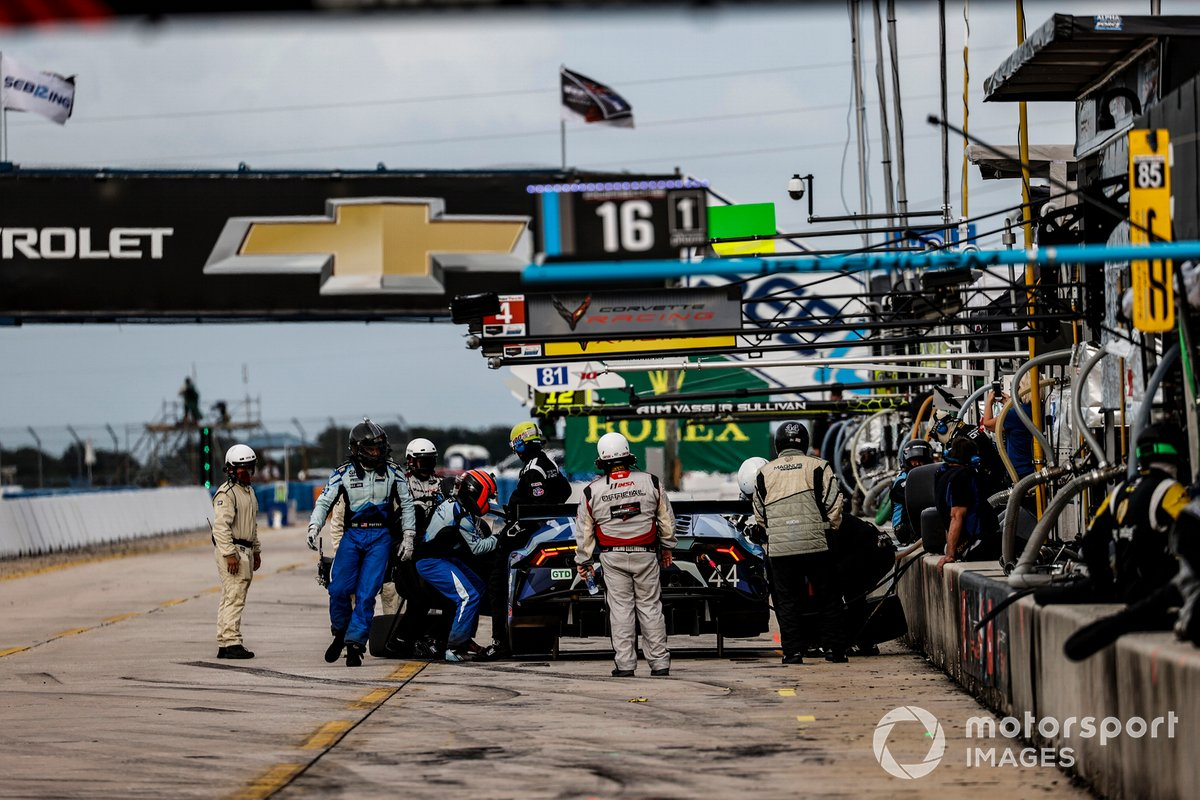 #44 GRT Magnus Lamborghini Huracan GT3, GTD: John Potter, Andy Lally, pit stop