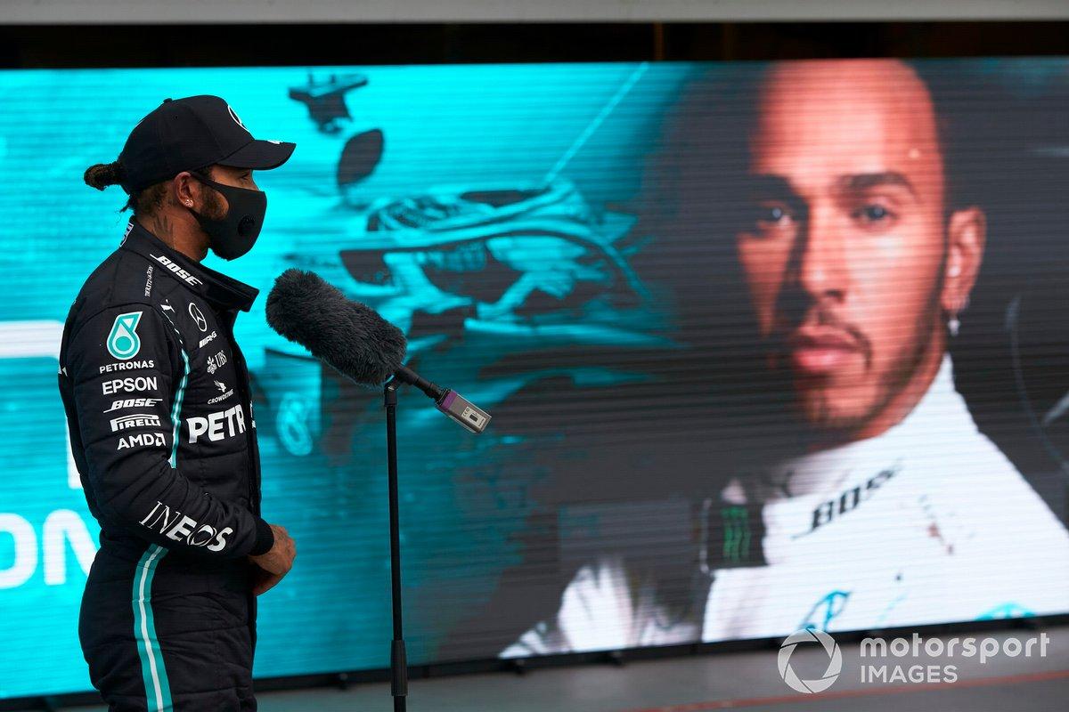 Pole Sitter Lewis Hamilton, Mercedes-AMG Petronas F1 parla ai media al Parc Ferme