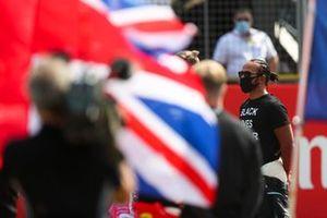 Lewis Hamilton, Mercedes-AMG Petronas F1, se tient sur la grille en support à la campagne