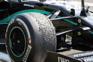 Pneu usé sur la monoplace de Lewis Hamilton, Mercedes F1 W11, dans le parc fermé