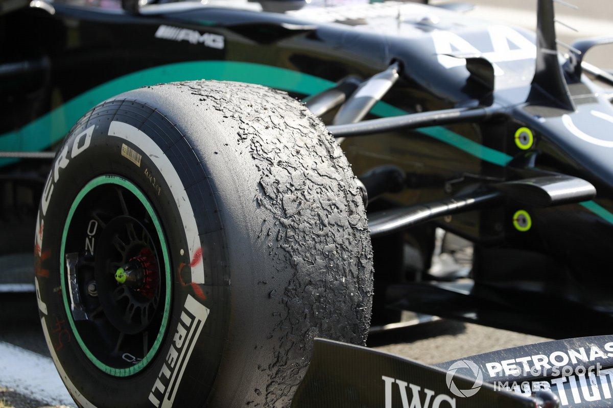 Neumático desgastado del monoplaza de Lewis Hamilton, Mercedes F1 W11, en Parc Ferme