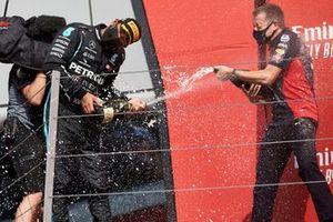 Le deuxième Lewis Hamilton, Mercedes-AMG Petronas F1, avec le Champagne sur le podium
