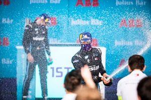 Podio: segundo lugar Nyck De Vries, Mercedes Benz EQ y el ganador Stoffel Vandoorne, Mercedes Benz EQ