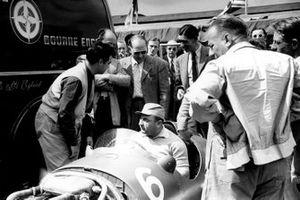 Пилот Ferrari Хосе Фройлан Гонсалес сидит в BRM P15 Рега Парнелла