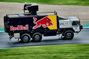 Cameron Carpenter toca en directo en un camión del Dakar pilotado por Matthias Walkner