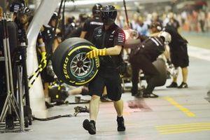 Mecánico de Mercedes AMG F1 con neumático Pirelli