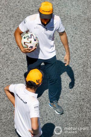 Lando Norris, McLaren y Carlos Sainz Jr., McLaren juegan fútbol