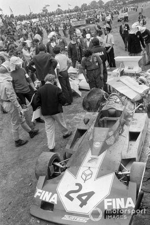 Los restos del Surtees TS14A Ford de Carlos Pace y otros monoplazas atrapados en la colisión de la primera vuelta