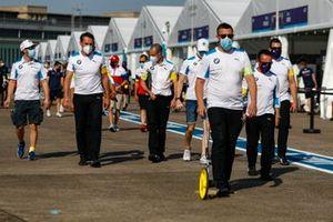 Alexander Sims, BMW I Andretti Motorsports, Maximilian Gunther, BMW I Andretti Motorsports escono in pista con il loro team