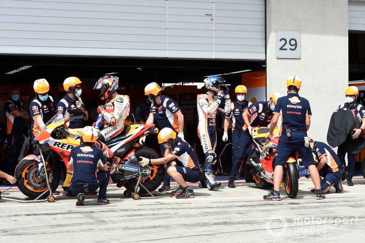 Cambio de neumáticos durante una clasificación en el box del equipo Repsol
