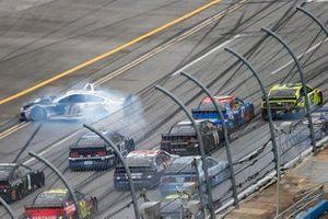 Aric Almirola, Stewart-Haas Racing, Ford Mustang está involucrado en un incidente en la pista mientras Ryan Blaney, Team Penske, Ford Mustang lidera el pelotón hasta la línea de meta