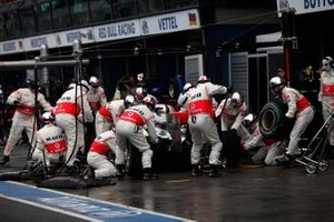 Jenson Button, McLaren MP4-25 Mercedes, pit stop