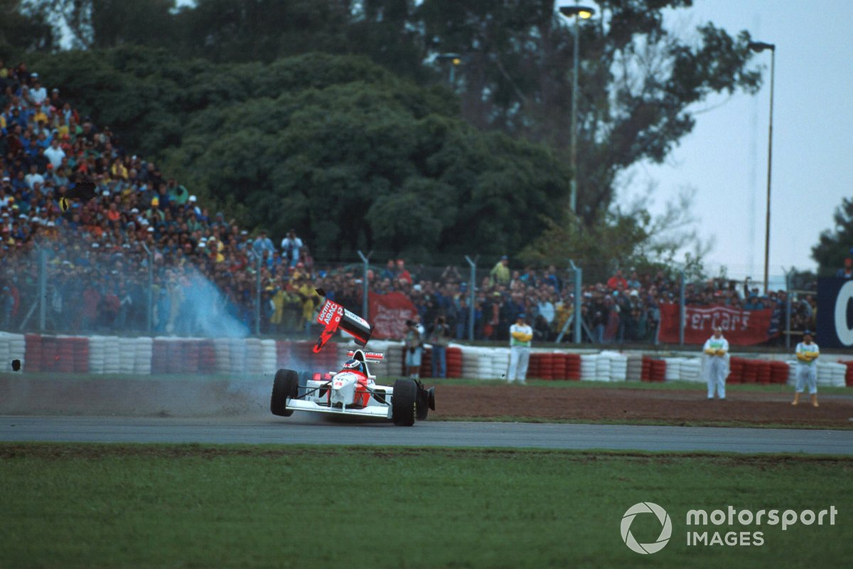 Mika Hakkinen, Mclaren MP4-10, se retira tras una colisipon con Eddie Irvine