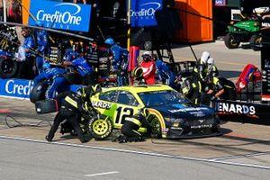 Ryan Blaney, Team Penske, Ford Mustang Menards / Knauf pit stop