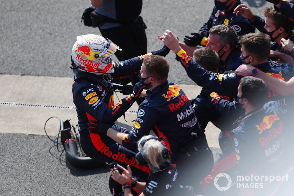 Max Verstappen, Red Bull Racing, festeggia con il suo team nel parc ferme