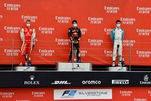 Mick Schumacher, Prema Racing, le vainqueur Yuki Tsunoda, Carlin et Jack Aitken, Campos Racing sur le podium