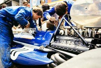 Los mecánicos atan a Jackie Stewart en el March 701 Ford