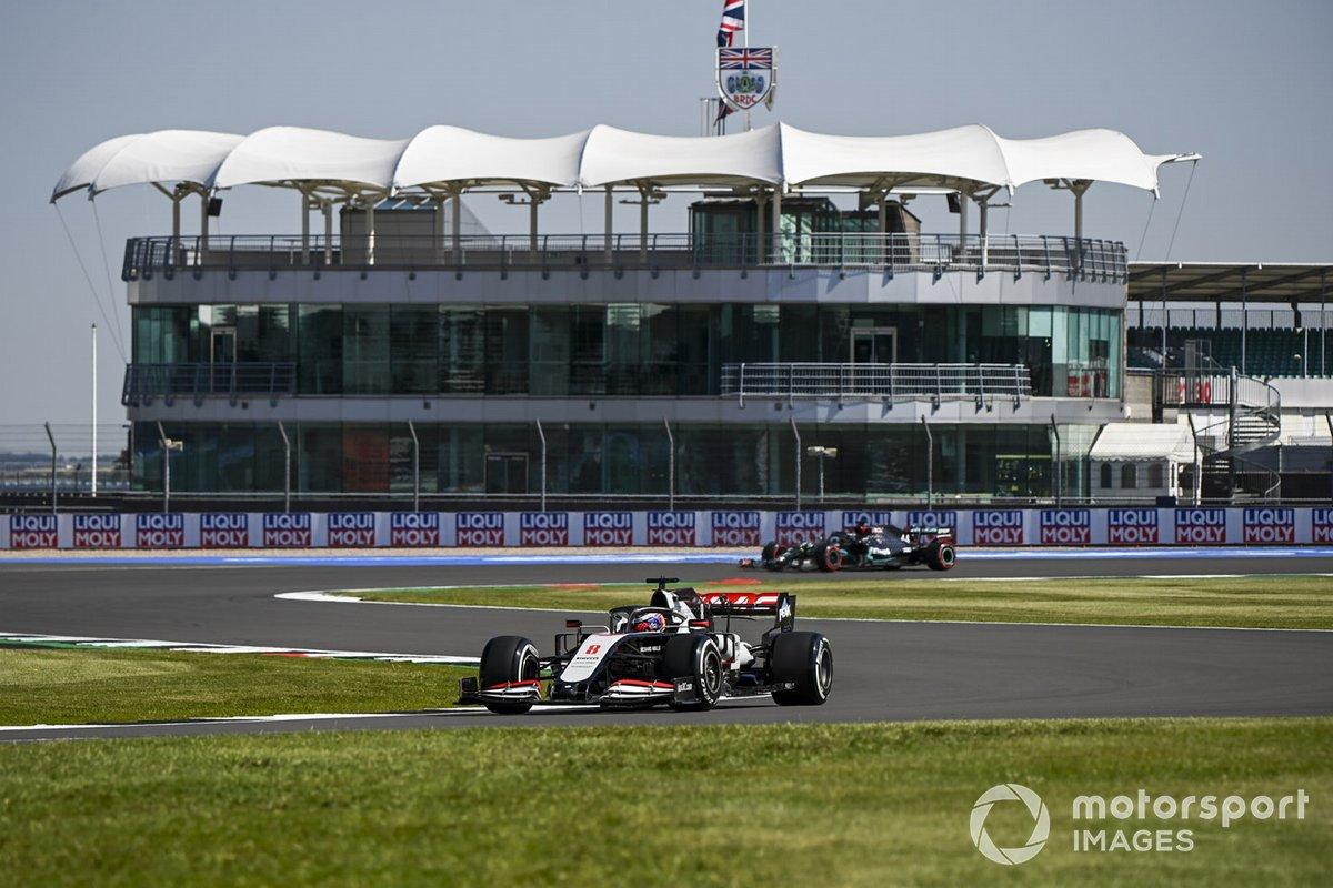 Romain Grosjean, Haas VF-20, Lewis Hamilton, Mercedes F1 W11