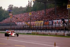 Niki Lauda, McLaren MP4\2 TAG Porsche takes the chequered