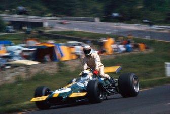 Jackie Stewart se sube a la parte trasera del Ford Brabham BT26 de Derek Bell