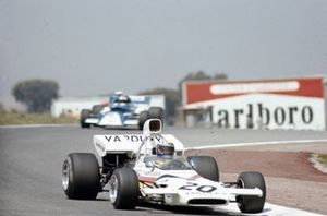 Peter Revson, McLaren M19A Ford devant Rolf Stommelen, March 721 Ford