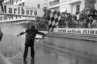 Jean-Pierre Beltoise, BRM P160B toma la bandera a cuadros para la victoria