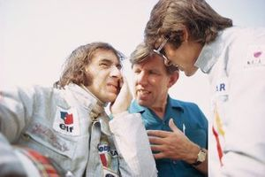 Jackie Stewart en Francois Cevert met in het midden Ken Tyrrell