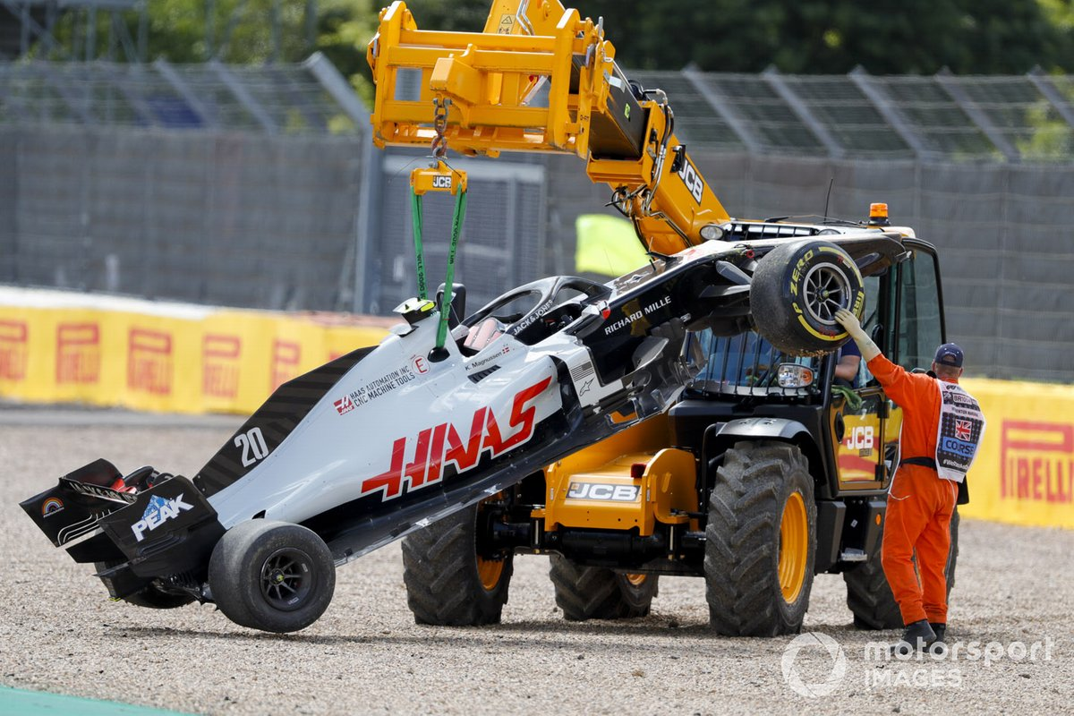 Погрузчик эвакуирует разбитый Haas VF-20 Кевина Магнуссена