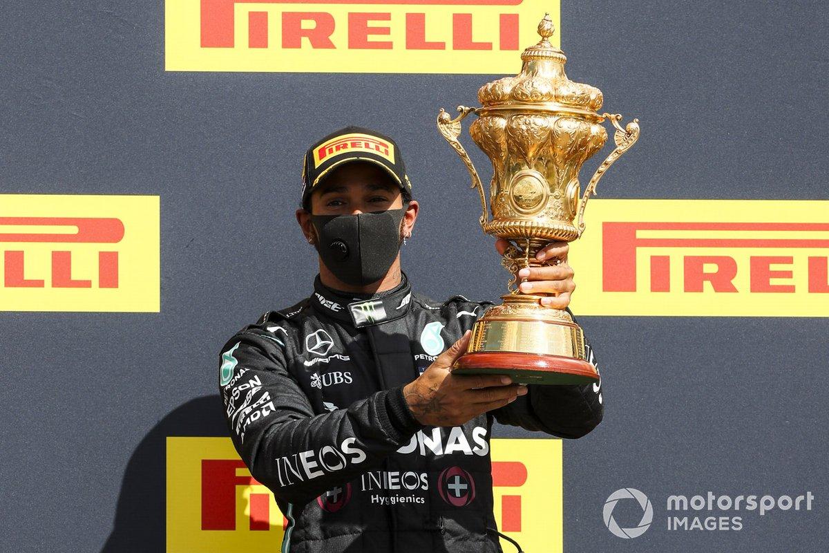 Il vincitore Lewis Hamilton, Mercedes-AMG F1 sul podio con il trofeo