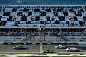 #97 TF Sport Aston Martin Vantage GT3, GTD: Start, Ben Keating, Maxwell Root, Richard Westbrook, Charlie Eastwood