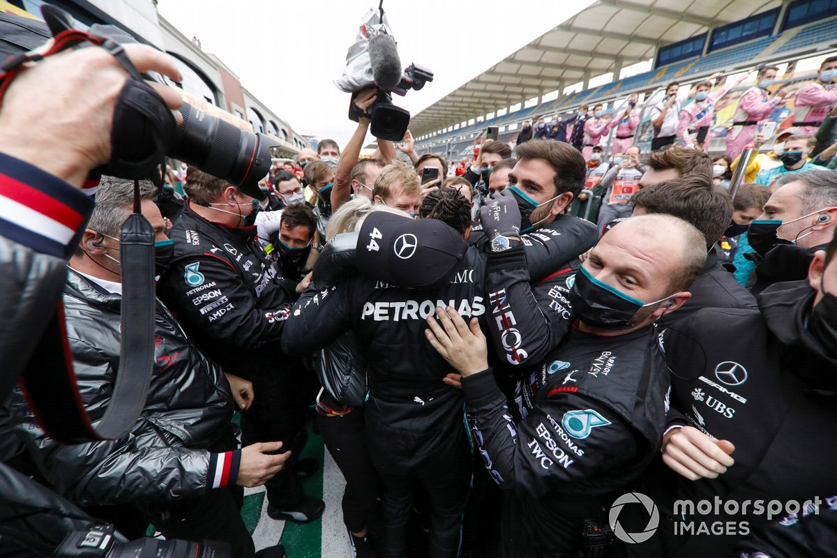 Ganador y campeón mundial Lewis Hamilton, Mercedes-AMG F1, celebra con el equipo Mercedes en Parc Ferme