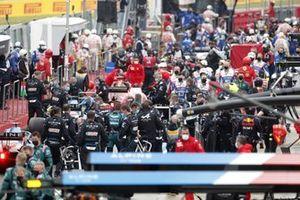 Wagens en monteurs in de pitstraat