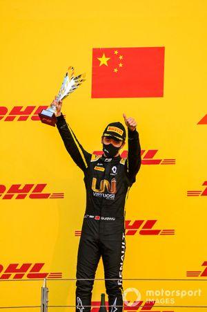 Le deuxième Guanyu Zhou, UNI-Virtuosi, sur le podium